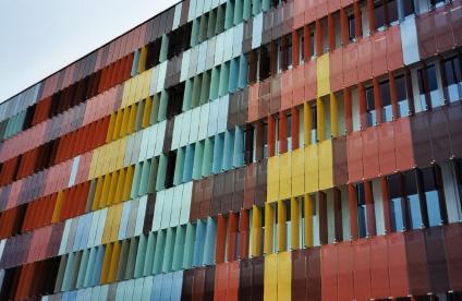 Glasfassade bunt  Forschung hinter einer bunten Glashülle – bewegliche Glaslamellen ...