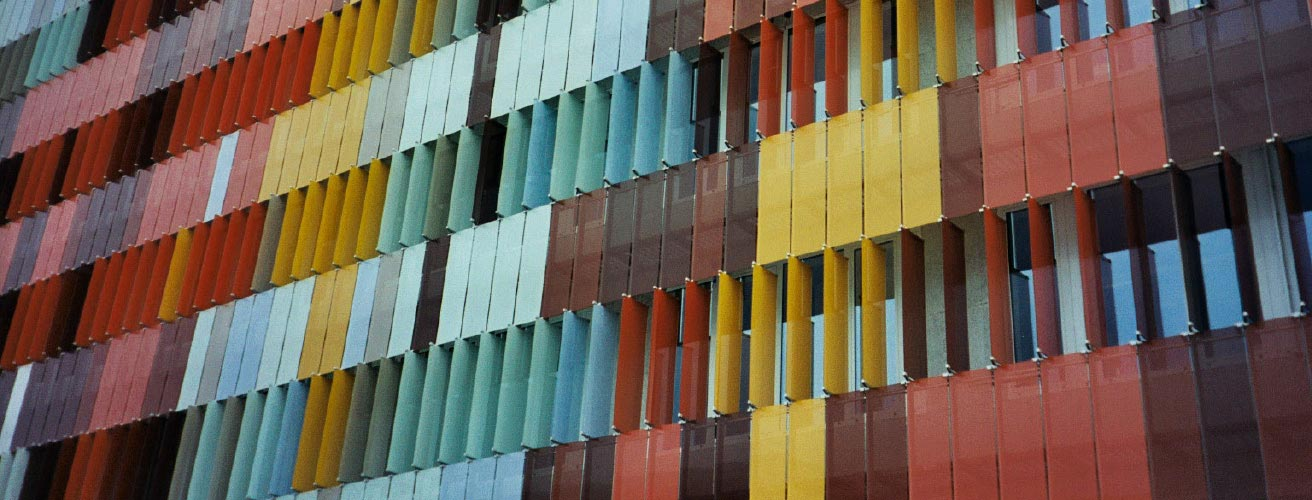 Glasfassade bunt  Bunte Ideen, bunte Fassaden: Neubau der zentralen Forschung ...